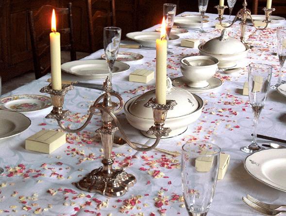 украшение стола засушенными лепестками роз