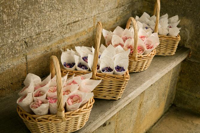 лепестки роз в корзинке