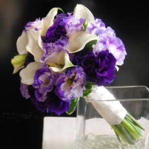 свадебный букет из фиолетовых эустом и калл