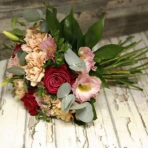 Недорогой букет из роз, гвоздик и эустомы