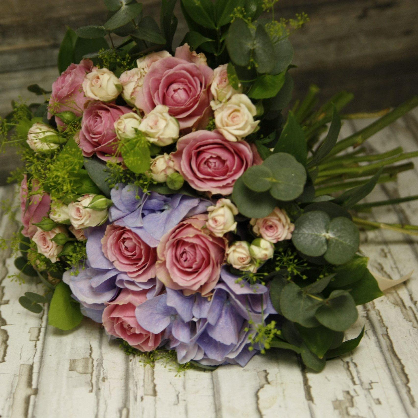 Букет с гортензией и садовыми розами