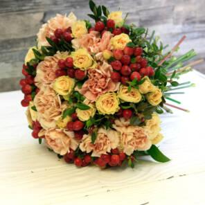 букет гвоздика и кустовая роза