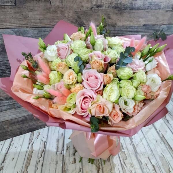 розовый букет с розами и эустомой