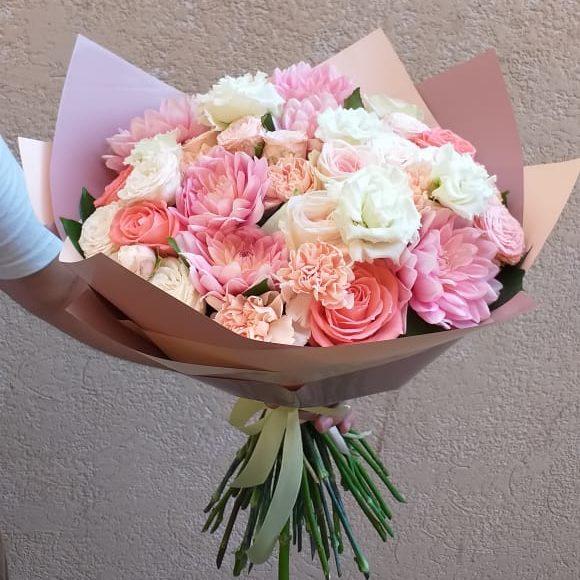 букет из розовых георгинов