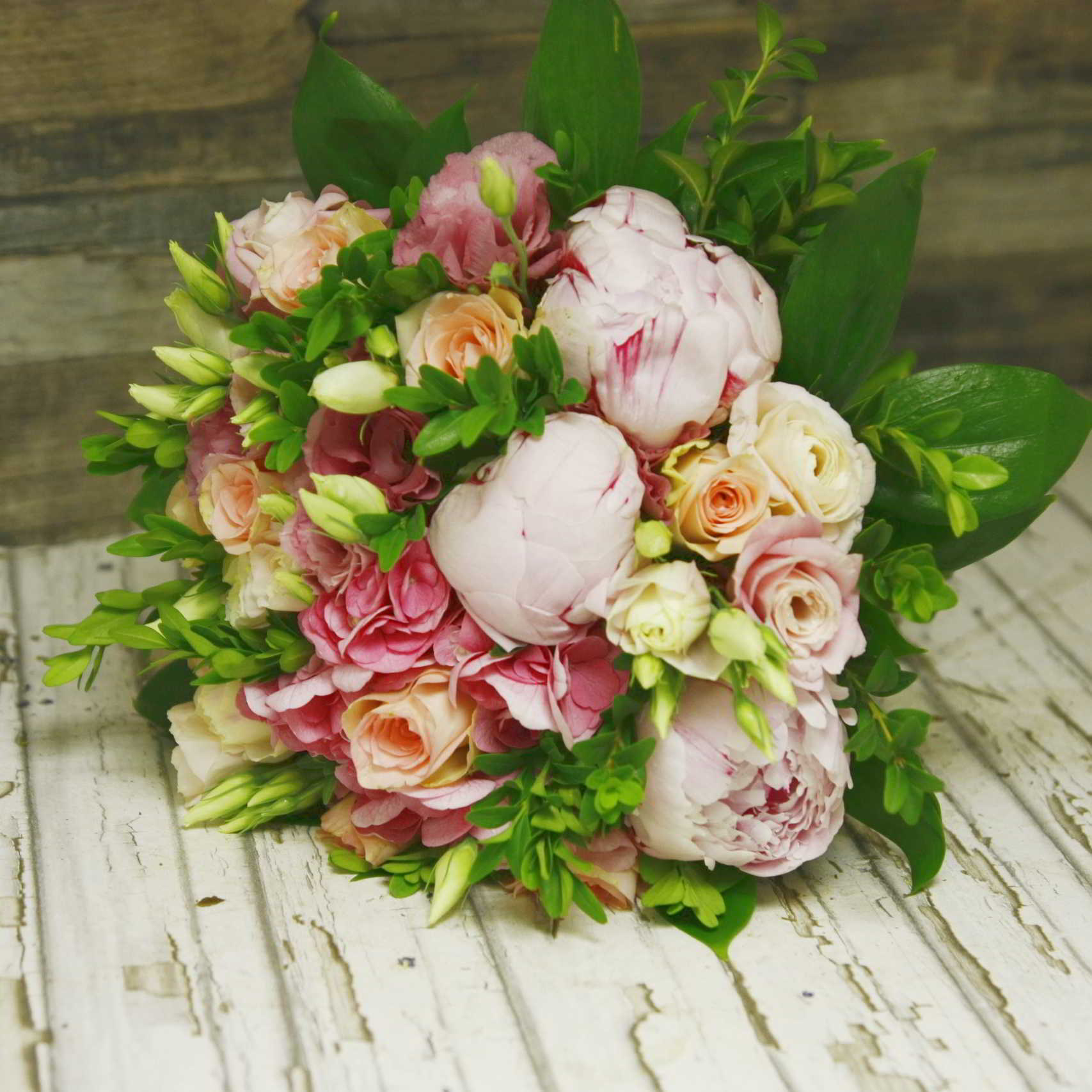 Розовые пионы, розовая гортензия и розы