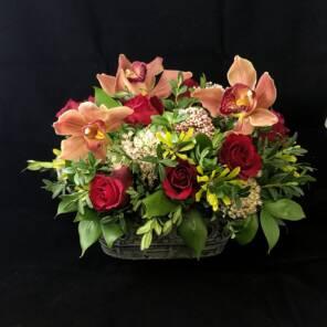 уютное лукошко из роз, орхидей и гвоздик