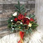 букет на новый год с амариллисом, елью, шишками