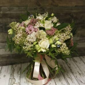 Букет сирени и ароматных роз