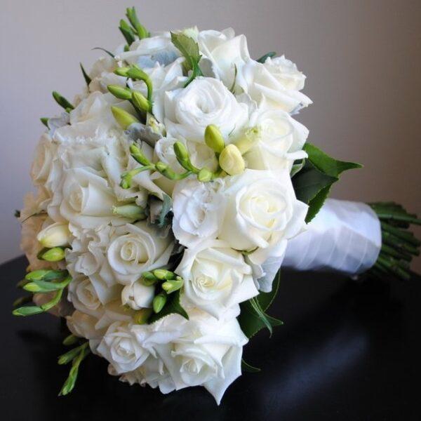 Фрезии, розы, лизиантус
