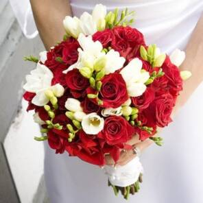 Красные розы и белая фрезия