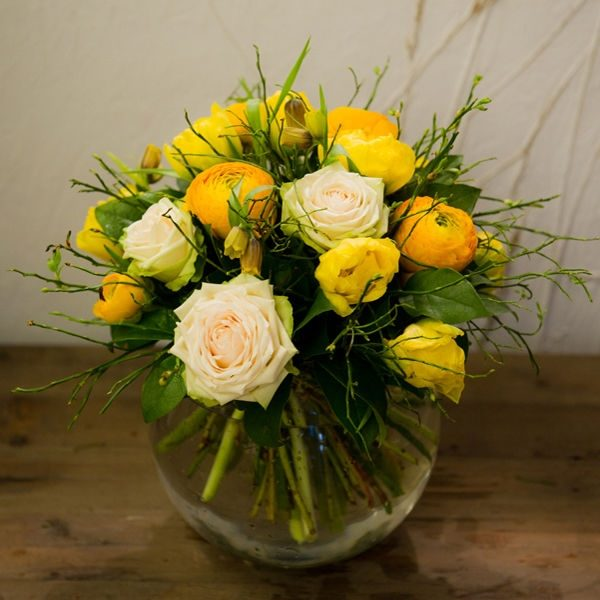 Жёлтые ранункулюсы и розы