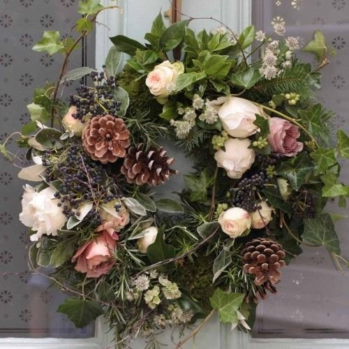 Рождественский венок с пионовидными розами