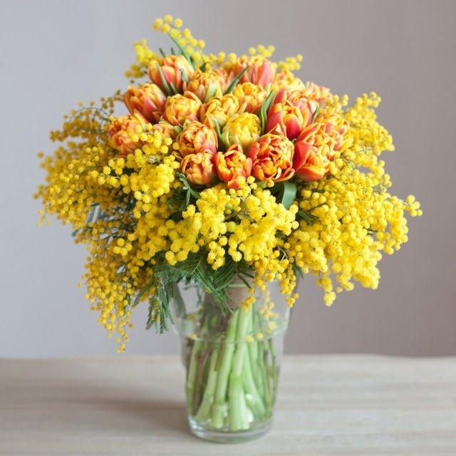 Букет из мимозы и тюльпанов