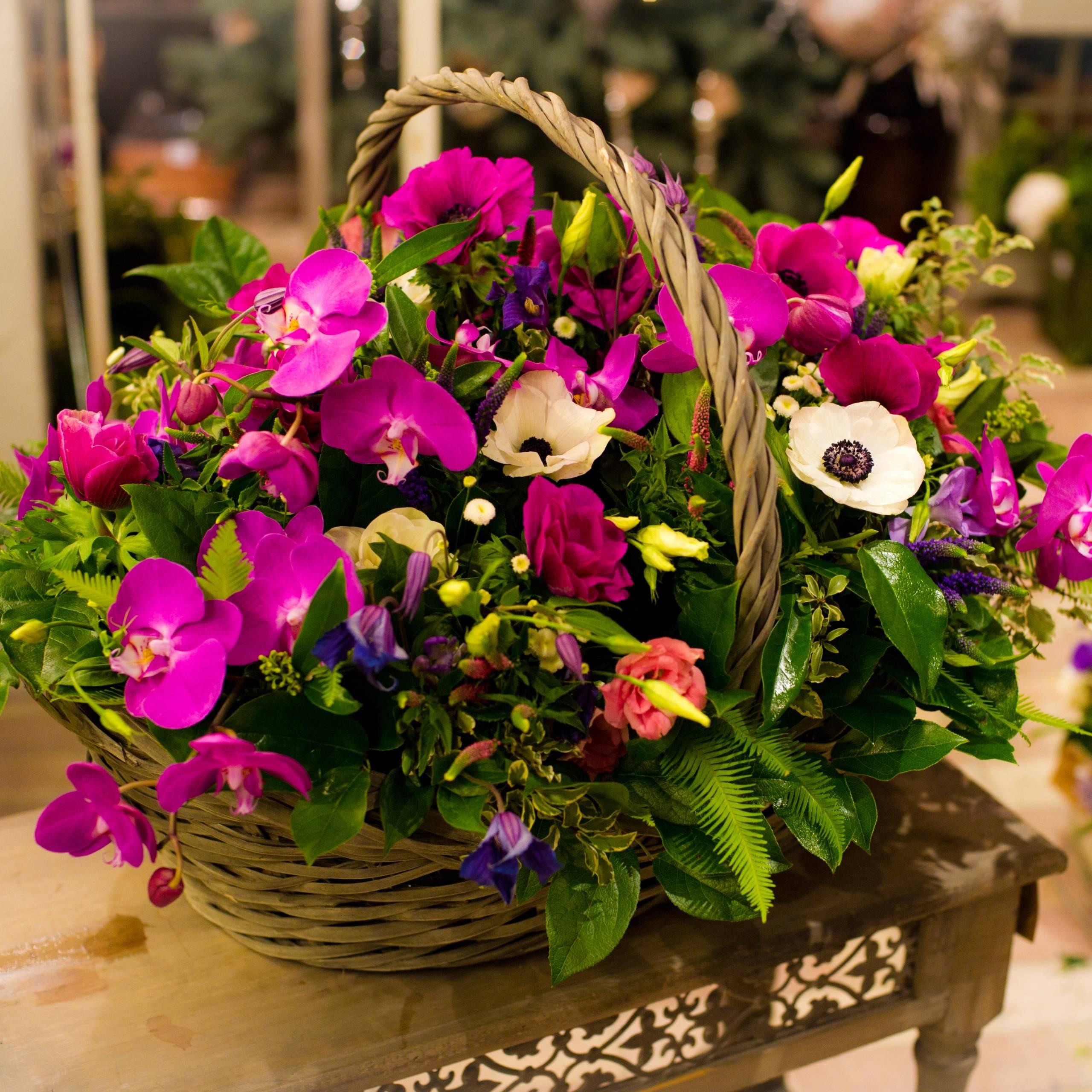 Корзина анемонов и орхидей