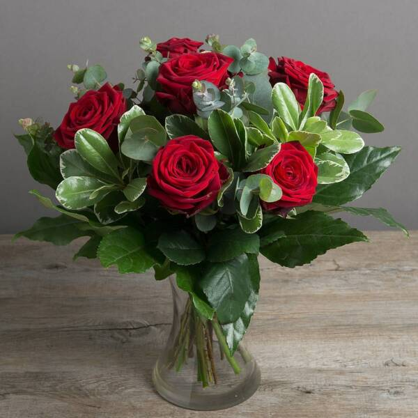 Семь красных роз