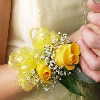 Корсаж на руку из роз