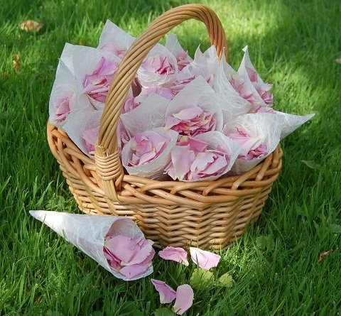 Корзина лепестков роз
