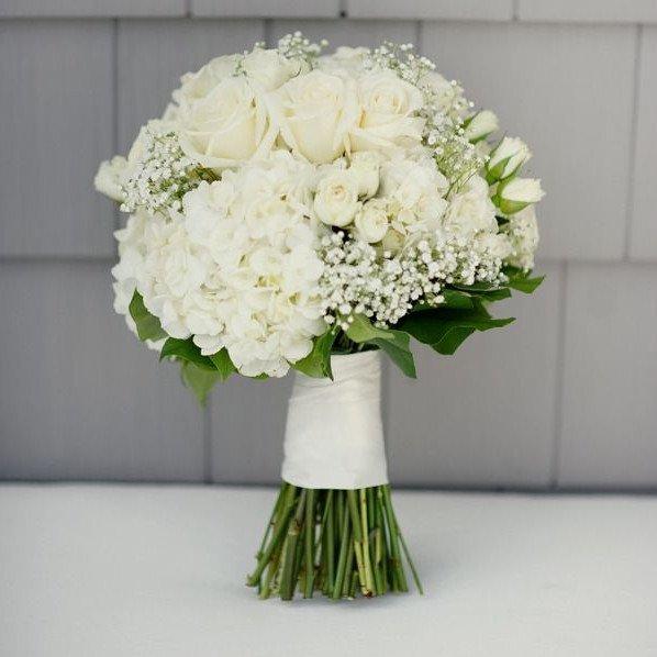 Белая гортензия и розы