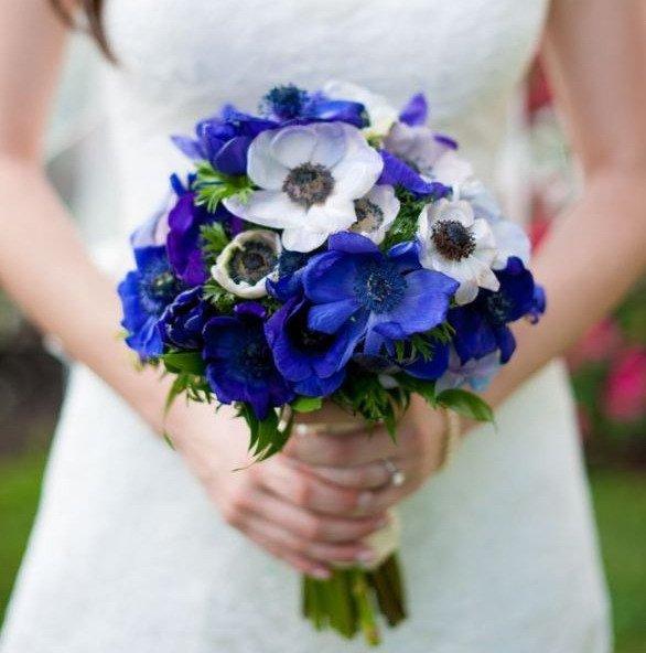Букет невесты из синих и белых анемонов