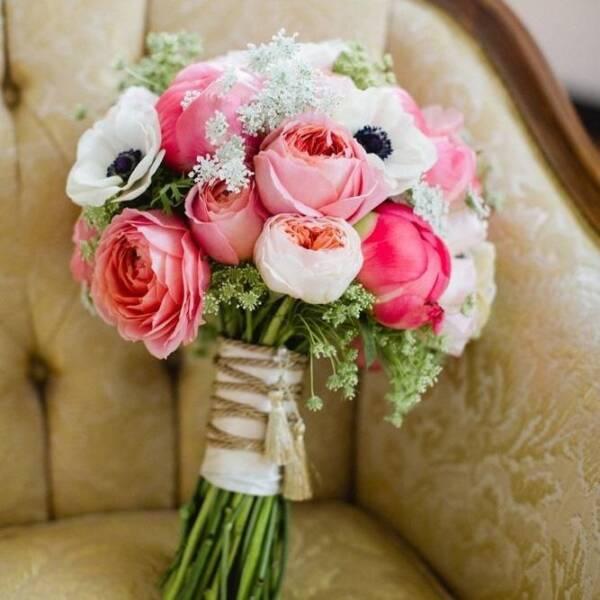 Анемоны и садовые розы