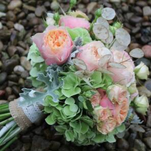 Пионовидные розы и гортензия.