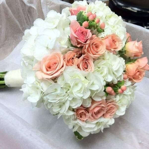 Гортензия и кустовыя роза
