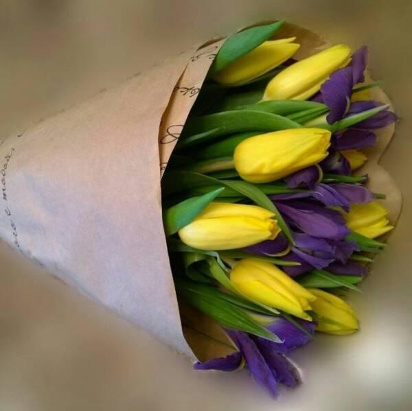 Ирисы и желтые тюльпаны в крафте