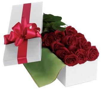 Коробка роз и лепестки
