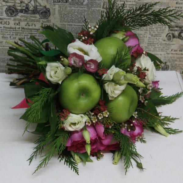Роза Ив Пьяже и яблоки