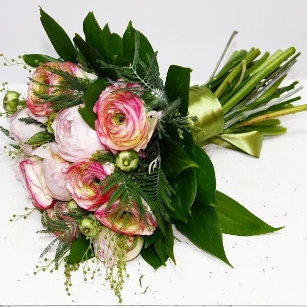 Розовые ранункулюсы и пионы
