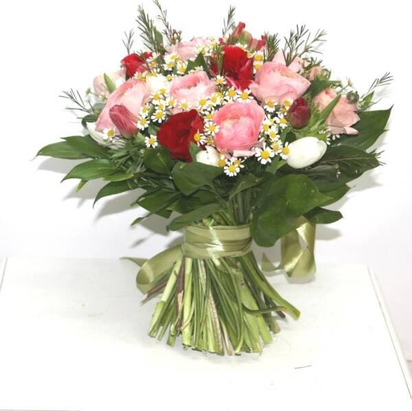 Розовые ранункулюсы и красные анемоны