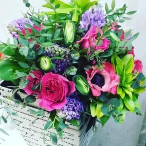Роза Кейт, гиацинты, анемоны