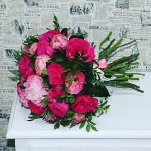 Пионы и розы сорта Баронесса