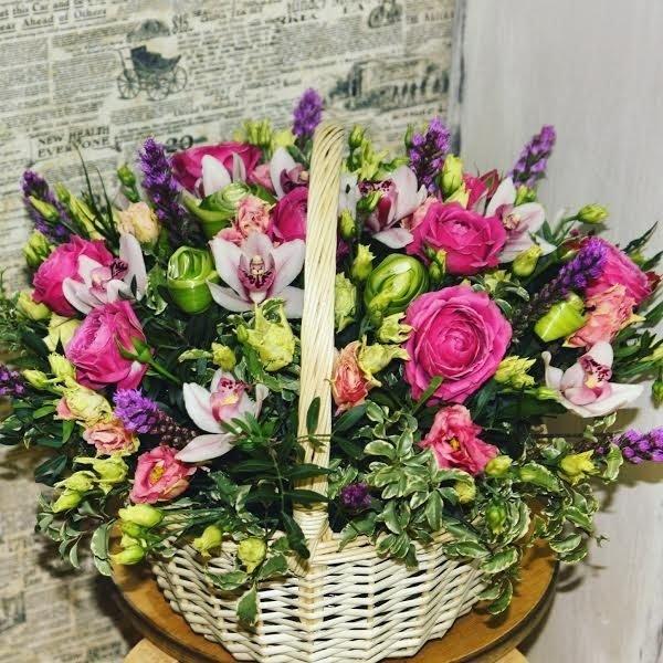 Корзина с пионовидными розами и орхидеями