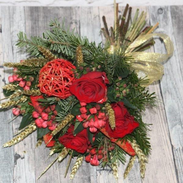Красные розы в новогоднем оформлении