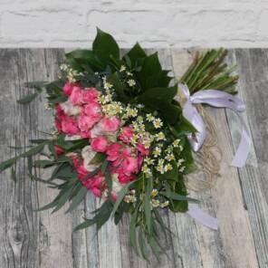 Кустовые розы и розовые ромашки
