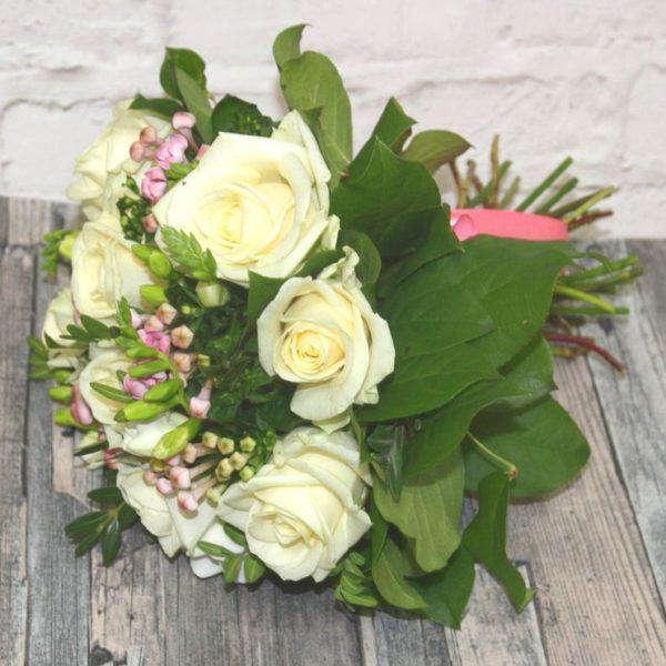 Недорогой букет белых роз