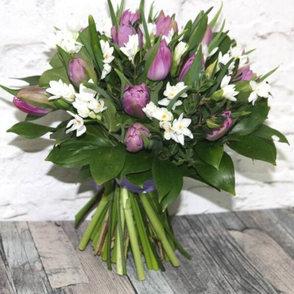 Блые кустовые нарциссы и тюльпаны