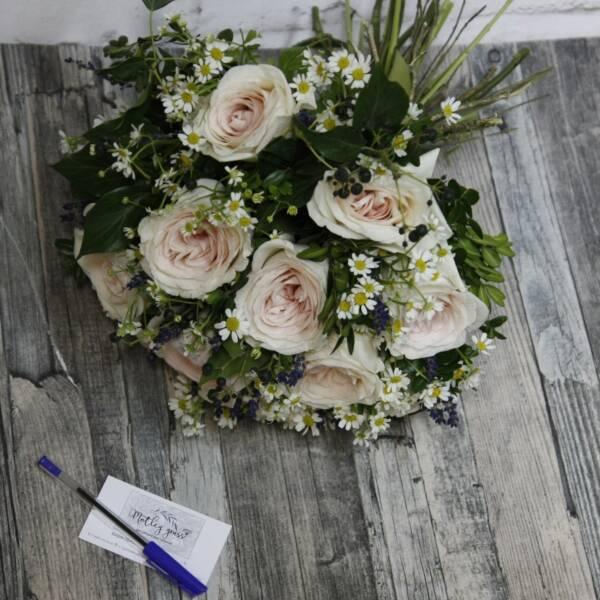 Розы Принц Жардиньер и ромашки
