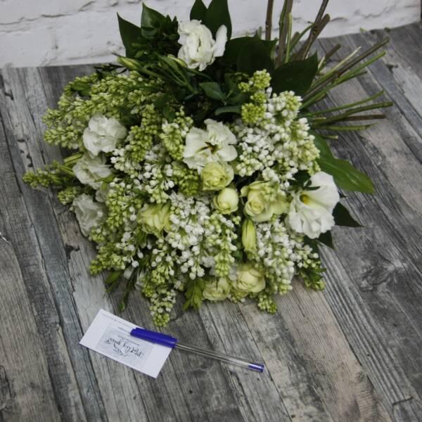 Белая сирень и розы сорта Крими Иден