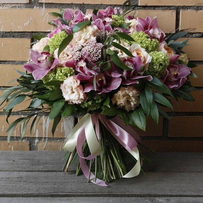 Букет из сиреневых орхидей и пионовидных роз