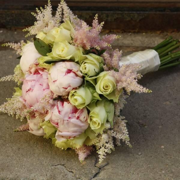 Пионы и белые розы
