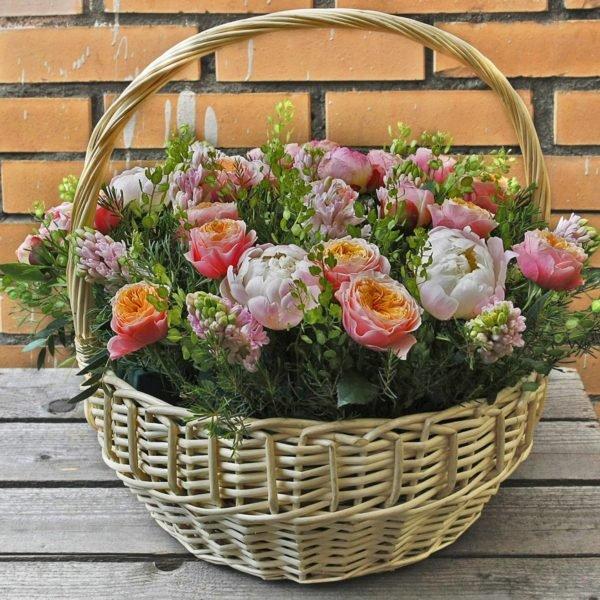 Корзина пионовидных роз и пионов