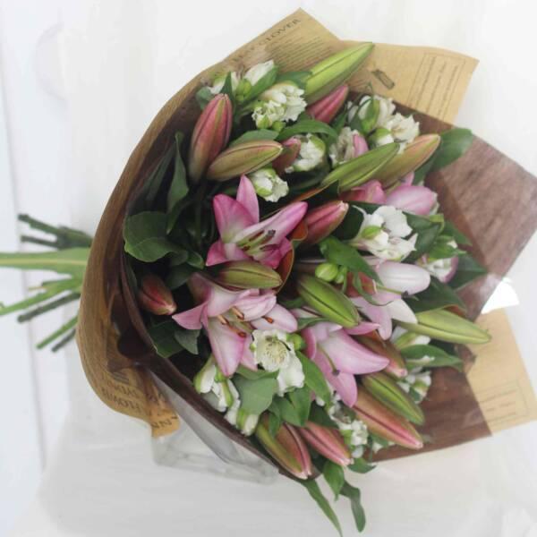 Лилии и альстромерии