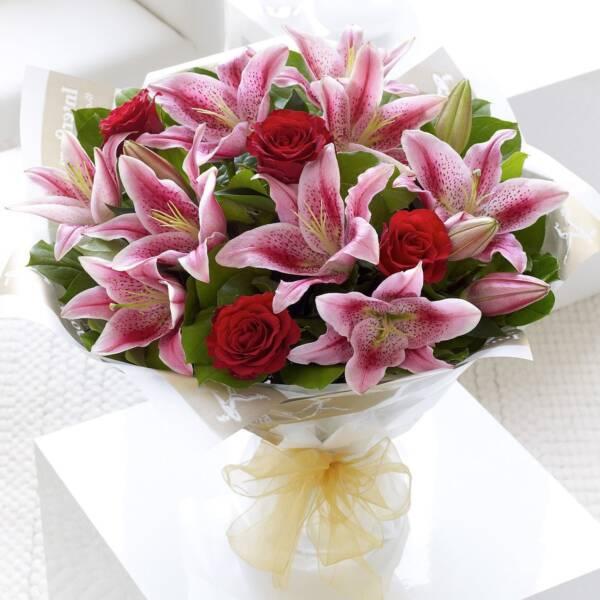 Лилии и красные розы