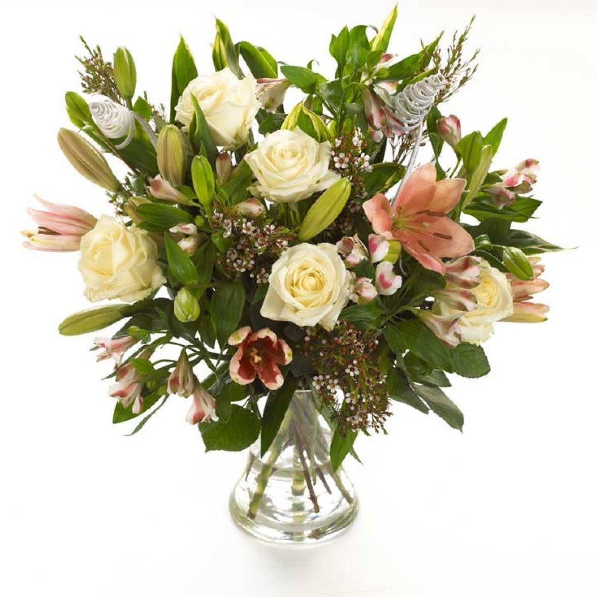 Лилии, розы и шамелациум