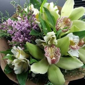 Миниатюра орхидеи и альстромерии