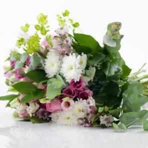 Розовые альстромерии и белые хризантемы