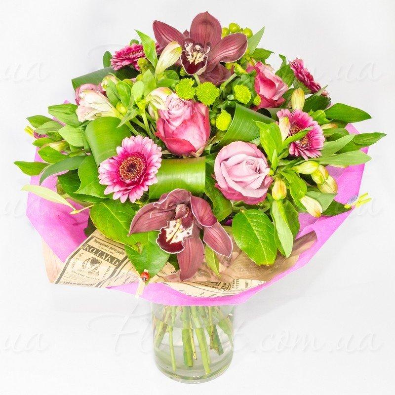 Розовые альстромерии с орхидеями и розами