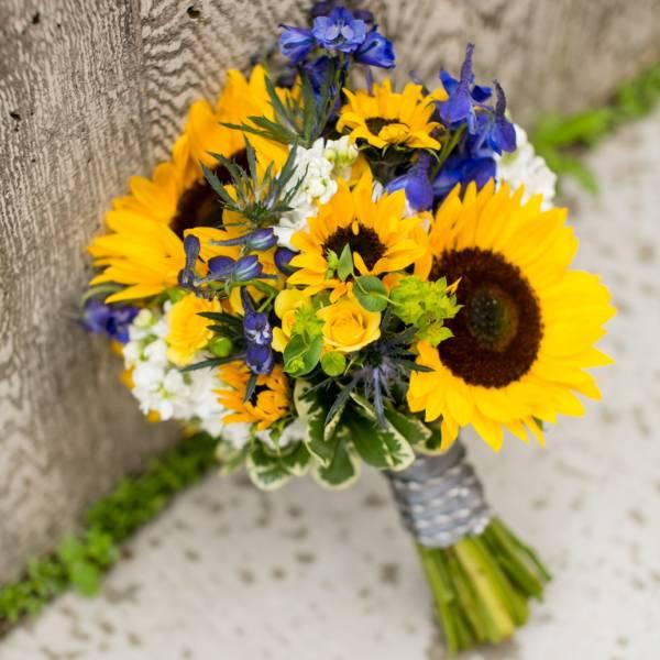 Букет невесты из ирисов, подсолнухов и роз
